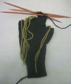 Slightly fingertipless gloves