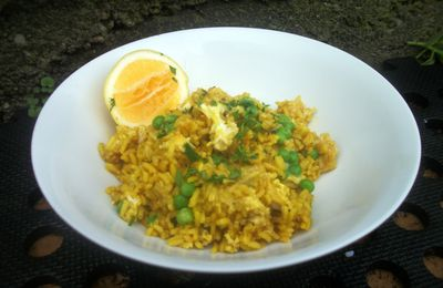 Curried rice, egg and peas